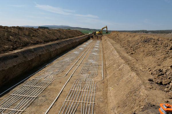 """Verlegung der Rohre des """"Boden-Klima-Tauschers"""" in der unteren Ebene. Die zweite Lage wird 1,5 m darüber verzogen."""