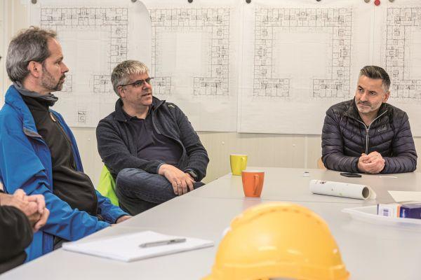 Frühzeitig an einem Tisch die Projektentwicklung ganzheitlich Denken, das ist das Credo von Gerlach-Geschäftsführer Helmut Kummer (re.), hier mit Dipl.-Ing. Uwe Pröve (li.) und Oliver Tschimpke vom Planungsbüro SPP.