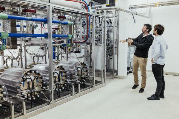 """""""P2G"""" – Strom wird umgewandelt und zwischengespeichert in Wasserstoff, dem Energieträger mit der höchsten Energiedichte von 33,33 kWh/kg."""