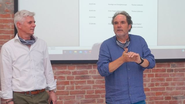 Foto: Thomas Leidecker (li.) und Michael Kapke vom Ingenieurbüro reich + hölscher setzen auf Simulation bei der Planung von Energiesystemen - hier bei der Vorstellung für das Stadtquartier Grünheide in Bielefeld.