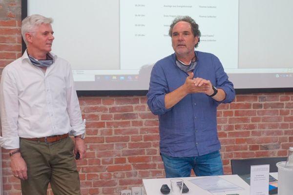 Thomas Leidecker (li.) und Michael Kapke vom Ingenieurbüro reich + hölscher setzen auf Simulation bei der Planung von Energiesystemen. Hier bei der Vorstellung der Energieversorgung für das Stadtquartier Grünheide in Bielefeld.