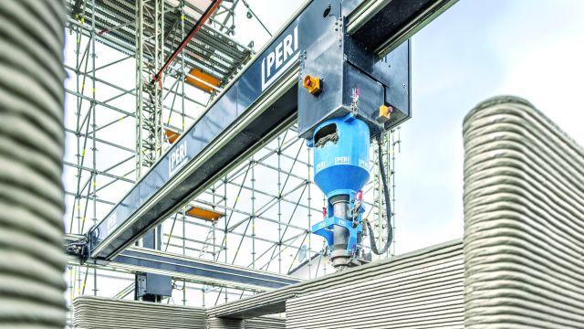 """Foto: 3D-Druck am Bau in Wallenhausen: Für die Bedienung sind insgesamt zwei Personen notwendig. Das eingesetzte Material """"i.tech 3D"""" entwickelte HeidelbergCement speziell für den 3D-Druck."""