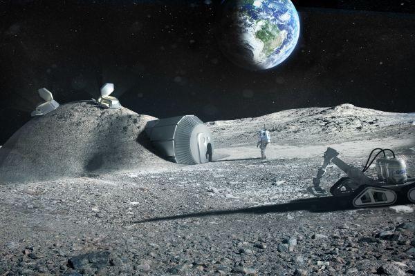 Eine zukünftige Mondbasis könnte durch einen roboterbetriebenen 3D-Drucker (rechts) mit einer Schutzhülle aus lokalen Materialien versehen werden. Industriepartner, darunter das Architekturbüro Foster + Partners, testen mit der ESA die Machbarkeit.