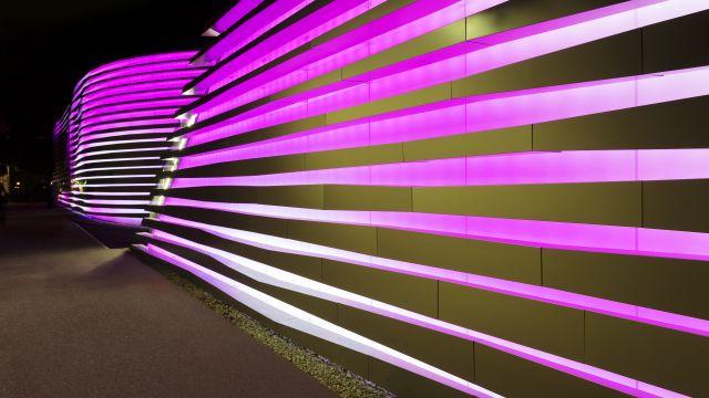 Foto: Medienfassade von Alucobond am Casino Bregenz.