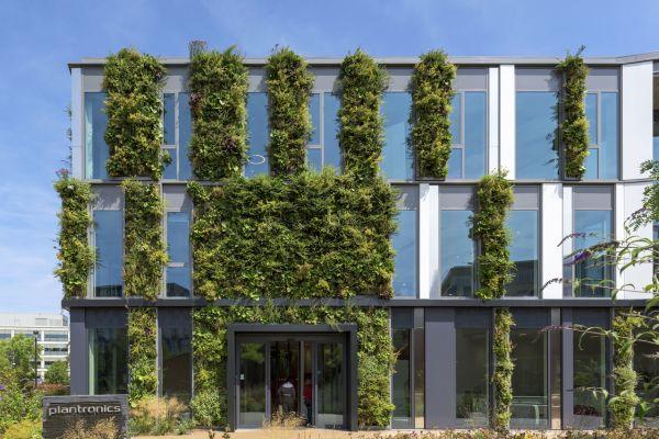 Die technischen und gestalterischen Möglichkeiten, die heute bei der Planung einer Fassade zur Verfügung stehen, sind nahezu unüberschaubar. So werden Fassaden und Wände beispielsweise begrünt, um auch in den Innenräumen durch vertikale Bepflanzungen ein angenehmeres Raumklima entstehen zu lassen.