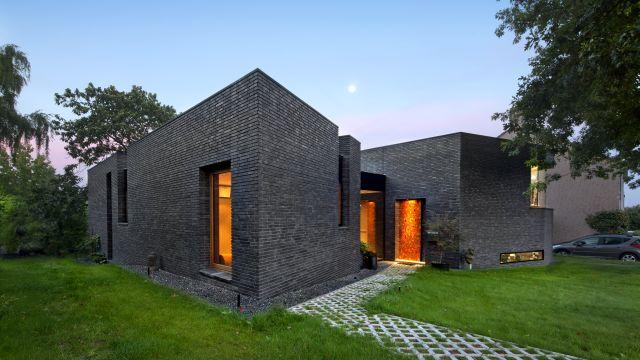 Foto: Das hohe Flächengewicht zweischaliger Wände weist eine hohe thermische Trägheit auf, die dem sommerlichen Wärmeschutz zugutekommt und sich positiv auf die akustischen Eigenschaften auswirkt.