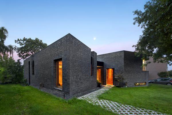 Aufgrund des hohen Flächengewichtes weisen zweischalige Wände eine hohe thermische Trägheit auf, die dem sommerlichen Wärmeschutz zugutekommt und sich positiv auf die akustischen Eigenschaften auswirkt.