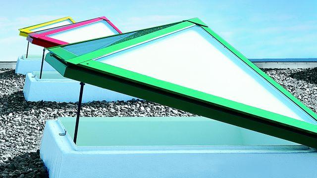 Foto: Auf Flachdächern können Dachoberlichter in den unterschiedlichsten Varianten für ausreichend Tageslicht sorgen. Entsprechende technische Lösungen gibt es auch für die Nachrüstung.