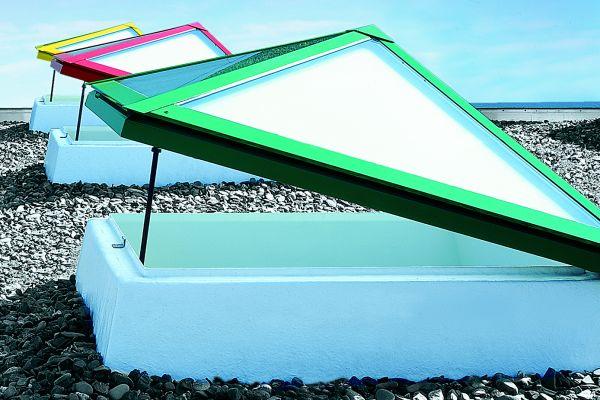 Auf Flachdächern können Dachoberlichter in den unterschiedlichsten Varianten – etwa als Lichtkuppel, Flachdachfenster oder Lichtband – für ausreichend Tageslicht sorgen. Entsprechende technische Lösungen gibt es auch für die Nachrüstung.