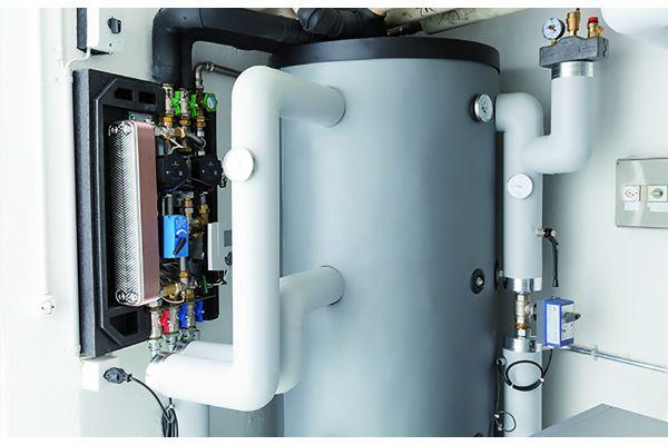 """Ein Zukunftsmarkt: Die Frischwarmwasserstation """"TacoTherm Fresh Mega2"""" ist in diesem Beispiel mit einer Wärmepumpe kombiniert. Die Station stellt das Trinkwarmwasser im Durchflussprinzip zur Verfügung, also absolut bedarfsgerecht und damit hoch effizient und ohne hygienische Risiken."""