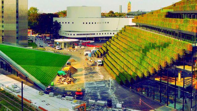 """Foto: Der Kö-Bogen 2 besteht im Prinzip aus zwei Gebäuden, dem eigentlichen Büro- und Geschäftsgebäude sowie einem """"Foodcourt"""" mit Schnellimbissen und Einzelhandel unter dem schrägen Liegewiese-Dach."""