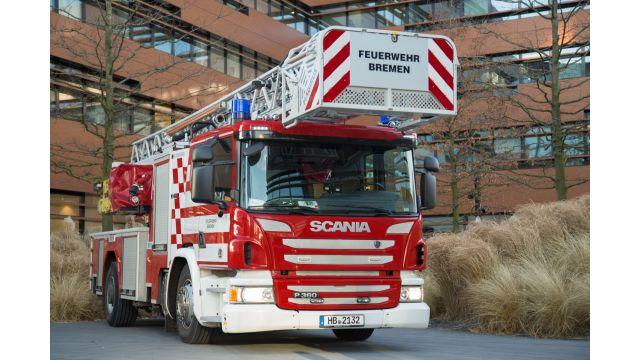 Bei dem Fassadenbrand in Bremen waren 160 Einsatzkräfte von Feuerwehr und Rettungsdienst mit 60 Fahrzeugen vor Ort.