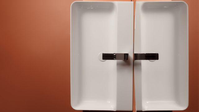 Das Bild zeigt einen Waschtisch.