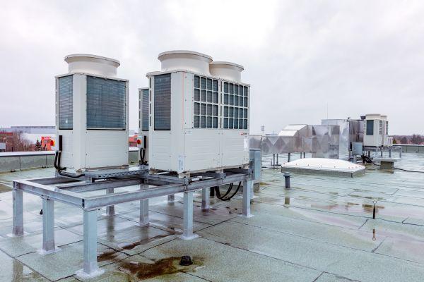 In der heutigen Zeit ist der Kältebedarf oft so hoch, dass die Kälteleistung der Außengeräte die erforderliche Heizleistung im Regelfall mit abdeckt.