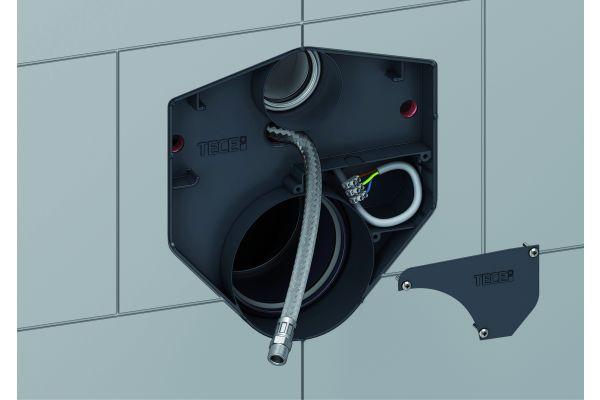 """Das """"TECEprofil""""-WC-Modul mit Universalspülkasten lässt sich standardmäßig auf elektronische Dusch-WCs dank einem Leerrohr für den Panzerschlauch und einer Anschlussbox für die Stromversorgung nachrüsten."""
