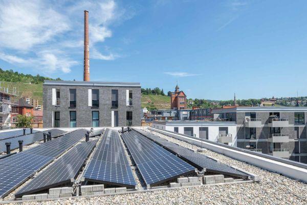 Trotz nahezu 200 Regentagen in Deutschland – Photovoltaik (PV) rechnet sich. Wie hier in Baden-Württemberg, Region Mittlerer Neckar, im Klimaquartier – Neue Weststadt, Esslingen.