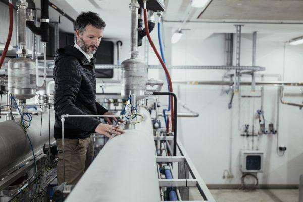 Die Anlagengröße des Elektrolyseurs beträgt 1 MWel. Bei rund 4.500 Vollbenutzungsstunden und einer systemdienlichen Betriebsweise erzeugt der Elektrolyseur rund 2.800 MWh grünen Wasserstoff pro Jahr (Ø 250 kg/d, ca. 85 t/a). Rund 600 MWh/a nutzbare Abwärme stehen dann aus dem Elektrolyseprozess für die Versorgung zur Verfügung.