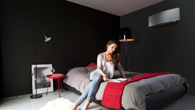 Milieubild eines Schlafzimmers mit einem Klimagerät an der Wand.
