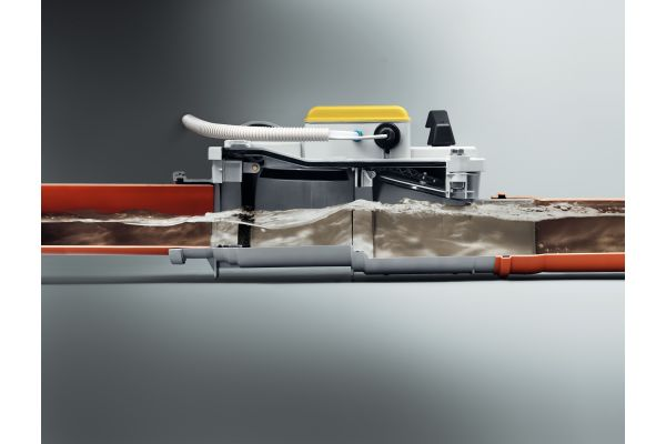 """Den erforderlichen Schutz vor dem Rückfluss von fäkalienhaltigem Wasser bietet ein Rückstauverschluss vom Typ 3 mit zweifacher Sicherung: mit einer automatisch auslösenden, motorbetriebenen Klappe und einem manuellen Notverschluss; hier das Modell """"Grundfix Plus Control"""" von Viega."""