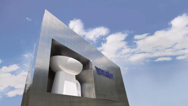 Das Bild zeigt die überdimensionale Toilette in der Duravit-Zentrale.