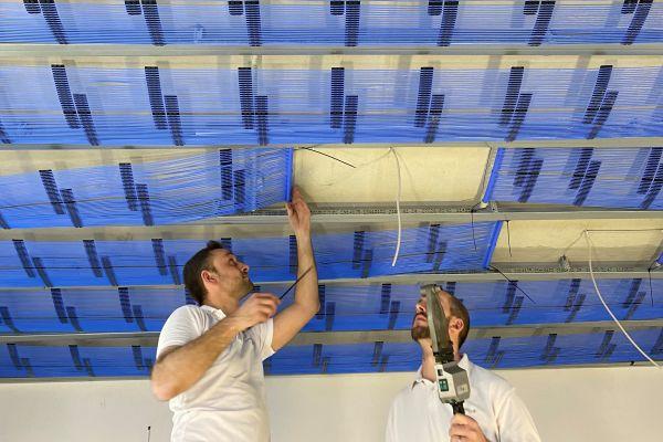 Bei einem Dachgeschossausbau in Leipzig, realisiert durch die GeoClimaDesign AG, kamen Kapillarrohrmatten an der Decke als Heiz- und Kühlsystem zum Einsatz.