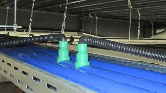 """Foto: Anbindung des Flächenheiz- und -kühlsystems über Tichelmann-Verteiler aus 50 mm """"blue pipe""""-Rohren."""