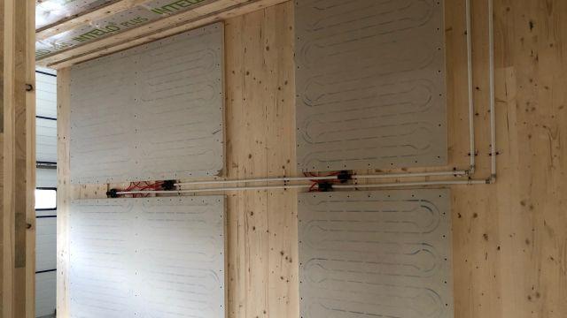 Foto: Die Möglichkeit eines schnellen Rückbaus und eines Ortswechsels – verbunden mit einer eventuellen Nutzungsänderung – war von Anfang an eine wichtige Vorgabe. So entschied man sich gegen eine klassische Flächenheizung im Fußboden und für ein spachtelfertiges Systemelement für die Wand- und Deckenmontage auf Basis einer Gipskartonplatte.