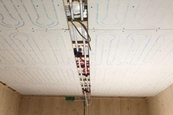 Die Sanitär- und Sozialräume des Kindergartens werden über die Decke (im Bild), die Gruppen- und Ruheräume werden über die Wände temperiert.