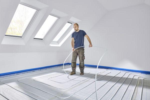 Der Verlegeabstand einer Fußbodenheizung richtet sich nach vielen Faktoren, beispielsweise dem geplanten Oberbodenbelag oder der Raumnutzung und der gewünschten Rauminnentemperatur.