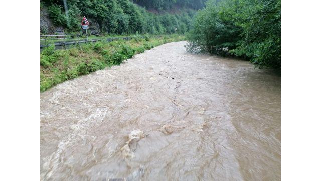 Noch ist sie nicht über das Ufer getreten: die Volme im vom Hochwasser stark betroffenen Sauerland.