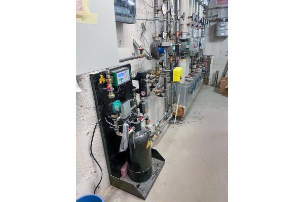 """Sowohl während der Aufheizphase als auch im Volllastbetrieb wird das Heizwasser in den Objekten mit dem """"Heaty Racun 100"""" aufbereitet – unter Einhaltung der aktualisierten Anforderungen an die Heizwasserqualität gemäß VDI 2035."""