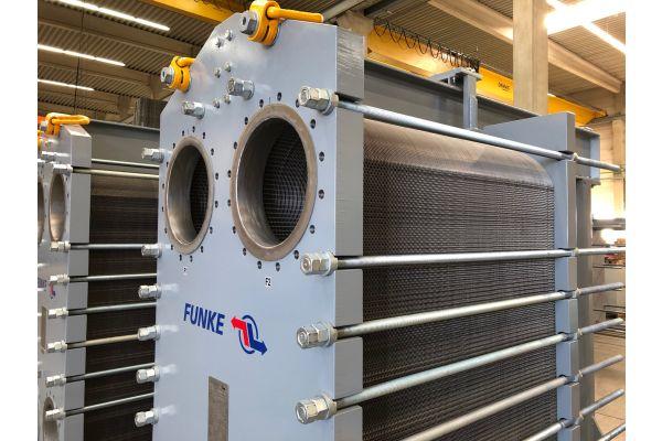 """Zwei Funke-Plattenwärmeübertrager """"FP 150"""" mit jeweils 345 Titanplatten und einer Leistung von je 11.444 kW."""