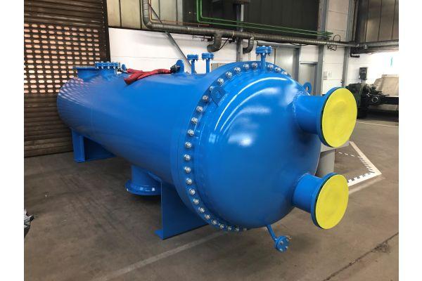 """Dieser U-Rohr-Wärmeübertrager der Serie """"C 300"""" mit einer Länge von sechs Metern zeichnet sich durch einen verschweißten Rohrboden aus. Der Wärmeübertrager wartet in der Funke-Produktionshalle auf seinen Einsatz in einem Biomasse-Heizkraftwerk mit den Betriebsmedien Dampf und Fernwärmewasser."""