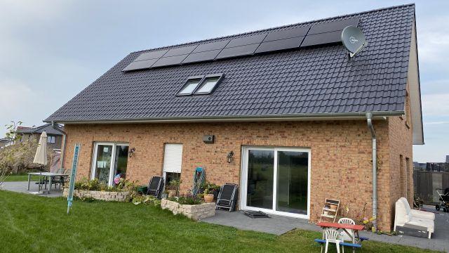 Foto: Im niedersächsischen Harsefeld heizt und kühlt eine fünfköpfige Familie ihr neues Haus mit einer Wärmepumpe, die über ein PVT-Kollektorfeld auf dem Dach die Umgebungs- und Strahlungswärme der Sonne nutzt.
