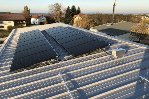 16 von 32 PVT-Kollektoren auf dem Dach der Seniorentagesstätte Johannesberg.