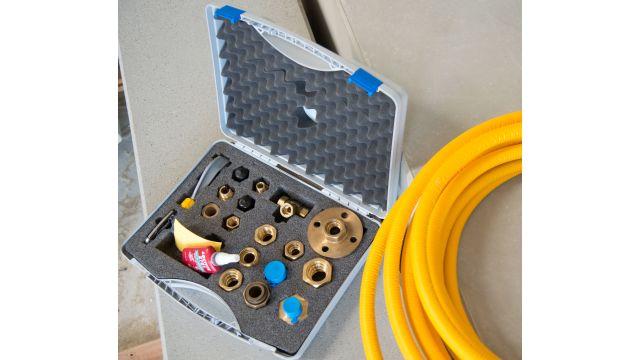 Foto: Die Anschlüsse werden über Messingfittings mit patentierter Doppeldicht-Technologie ausgeführt. Geliefert werden die gelb ummantelten Gasleitungen als Rollenware mit einer Länge von 15 bis zu 640 m.