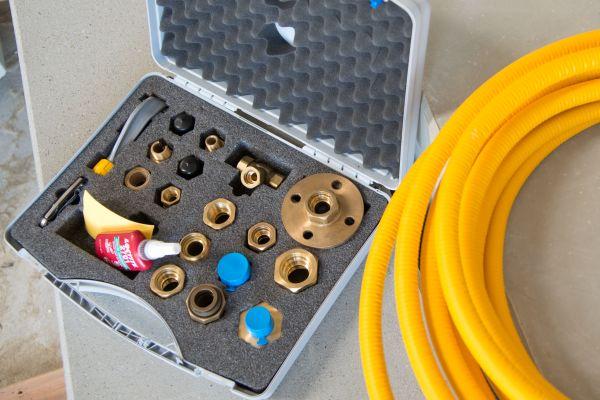 Die Anschlüsse werden über Messingfittings mit patentierter Doppeldicht-Technologie ausgeführt. Geliefert werden die gelb ummantelten Gasleitungen als Rollenware mit einer Länge von 15 bis zu 640 m. Das System kann sowohl bei Neuinstallationen als auch Erweiterungen und im Bereich der Sanierung im Innenbereich eingesetzt werden.