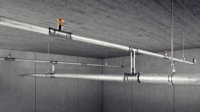 Das Foto zeigt das Rohrleitungssystem einer Feuerlöschanlage