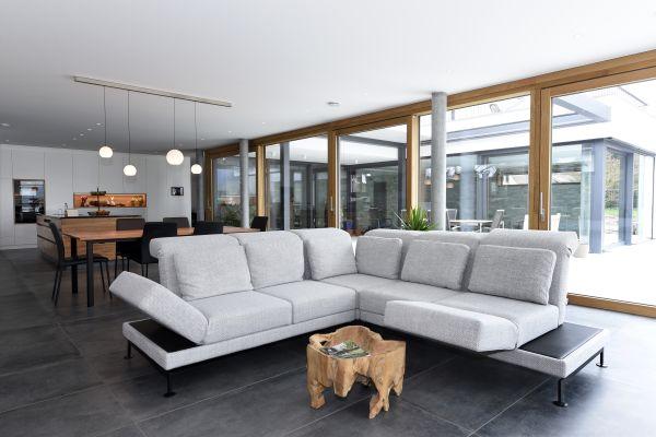 Bei dem exklusiven Einfamilienhaus in einer baden-württembergischen Kleinstadt verteilen sich 438 m!SUP(2)SUP! Wohn- und Nutzfläche auf drei Etagen.