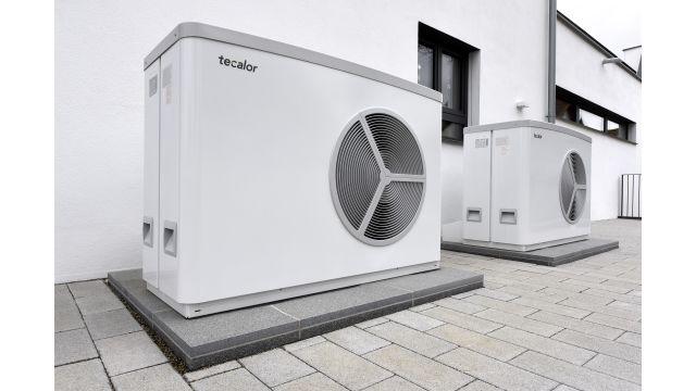"""Foto: Die beiden Luft/Wasser-Wärmepumpen """"TTL 25 AC"""" übernehmen die Beheizung der Räume, des Schwimmbads und des Wassers im Schwimmbecken sowie die Raumkühlung."""