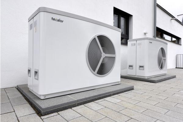 """Die beiden Luft/Wasser-Wärmepumpen """"TTL 25 AC"""" übernehmen sowohl die Beheizung der Räume, des Schwimmbads und des Wassers im Schwimmbecken als auch die Raumkühlung."""