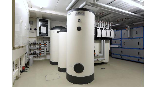 Foto: Einbau von drei Speichern, um die Versorgung mit Wärme, Kälte und Brauchwarmwasser jederzeit sicherzustellen.