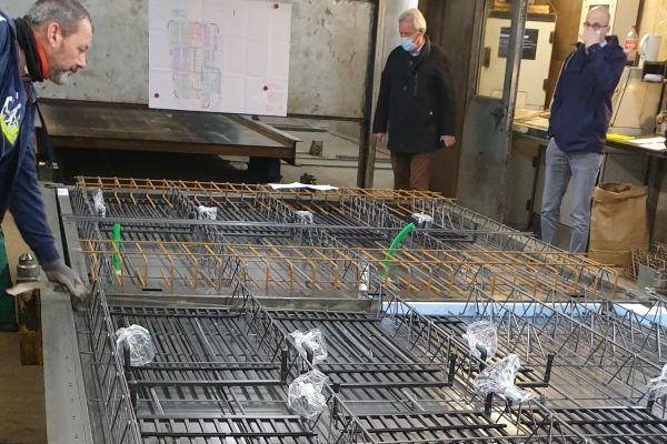 """Im Beton- und Fertigteilwerk Lütkenhaus in Dülmen wurde das Flächenheiz- und kühlsystem """"aquatherm black system"""" direkt in die Betonfertigdecke eingebracht.  Auf der Baustelle mussten die einzelnen Fertigteildeckenelemente nur noch miteinander verbunden werden."""