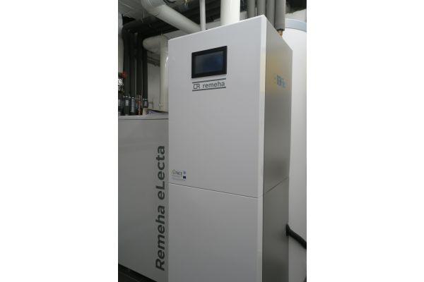 """Wasserstoff-ready: Installation einer Brennstoffzellenheizung """"eLecta 300"""" von Remeha."""