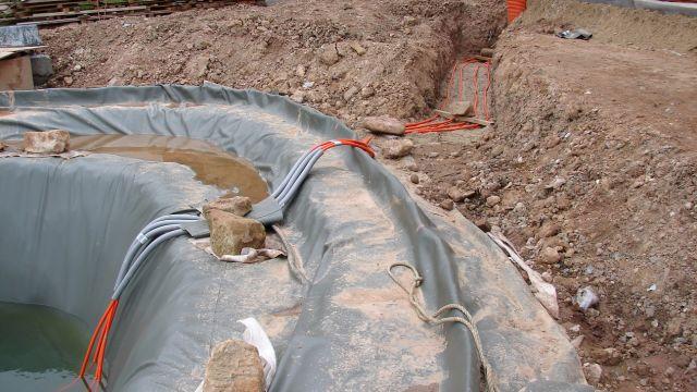 Foto: Verlegung des Kältemittel-Rohrnetzes der direktverdampfenden Wärmepumpe.