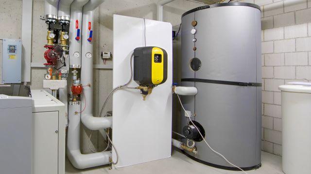 """Foto: In dieser Heizungsanlage wurde ein automatischer Vakuumentgaser """"SpiroVent Superior S250"""" installiert (Bildmitte)."""