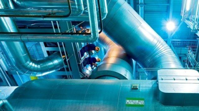 Das Bild zeigt eine Industriehalle.