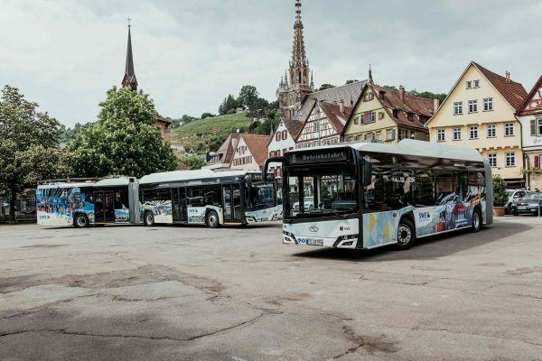 """Neue Wege in der Energieversorgung – anwendungsorientierte Lösungen für den Umgang mit regenerativ erzeugten Stromüberschüssen. Neben der Nutzung in der """"Power-to-Gas""""- Technologie soll im Überfluss erzeugter lokaler Ökostrom in das Gleichstrom-Oberleitungsnetz der Stadt Esslingen am Neckar eingespeist und so von oberleitungsgebundenen Elektrobussen genutzt werden."""