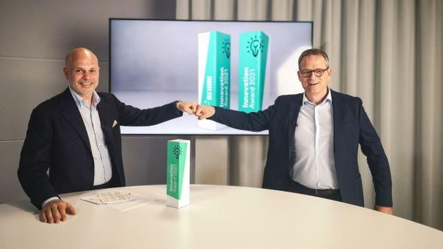 Das Bild zeigt Nils Wagner und Uwe Boehlke mit dem Award.