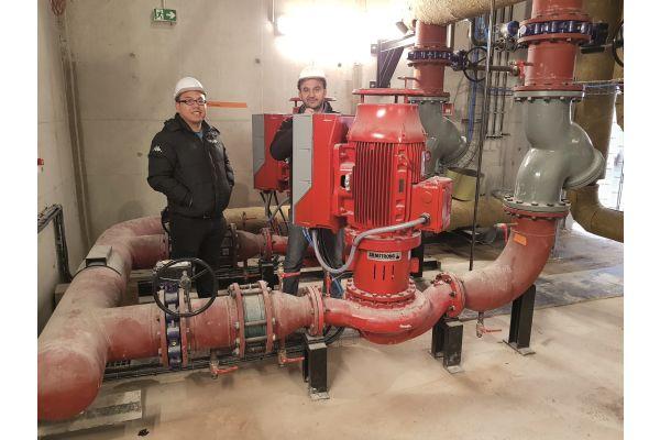 Erst die umfassende Bestandsaufnahme, dann die ressourcen-schonende Optimierung – das ist die Zielsetzung von Armstrong-Mitarbeitern wie Wenli Li (li.; Technical Support Engineer) und Martial Martin (Service Manager Continental Europa), hier in einer Biomasse-Heizanlage in Frankreich.